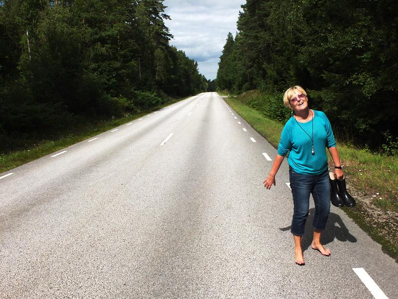 Susanne Nilsson på en landsväg mitt i skogen
